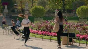 Media 4504_emily in paris_jardin du luxembourg_3.png